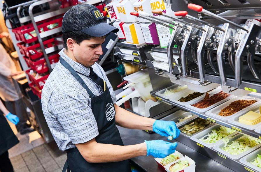 Работник кухни в Макдональдсе